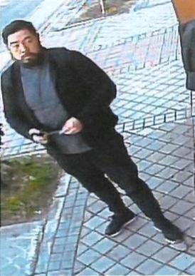 전직 미국 해병대 출신의 크리스토퍼 안으로 추정되는 인물이 지난 2월 22일(현지시간) 스페인 마드리드 주재 북한대사관 앞에서 감시 카메라에 찍힌 모습들로 미 캘리포니아 연방검찰에서 제공한 것. /로이터 연합뉴스