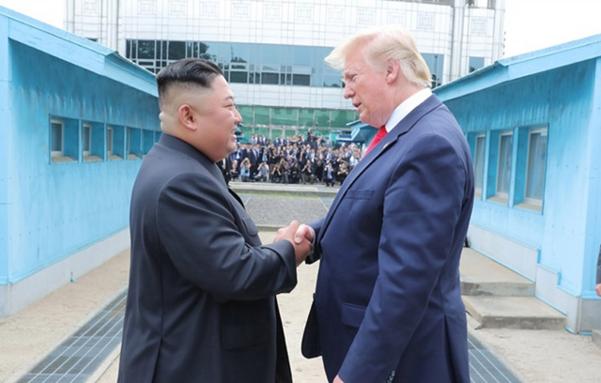 김정은(왼쪽) 북한 국무위원장과 도널드 트럼프 미국 대통령이  6월 30일 판문점 북측 지역에서 만나 악수를 나누고 있다. /연합뉴스