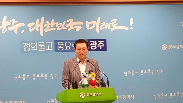 이용섭 광주세계수영대회조직위원장(광주광역시장)이 10일 북한선수단의 참가를 재차 요청하고 있다./광주광역시=권경안 기자