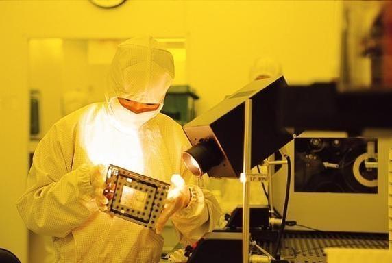 삼성전자 직원이 반도체 생산 라인에서 제품을 점검하고 있다. /조선DB