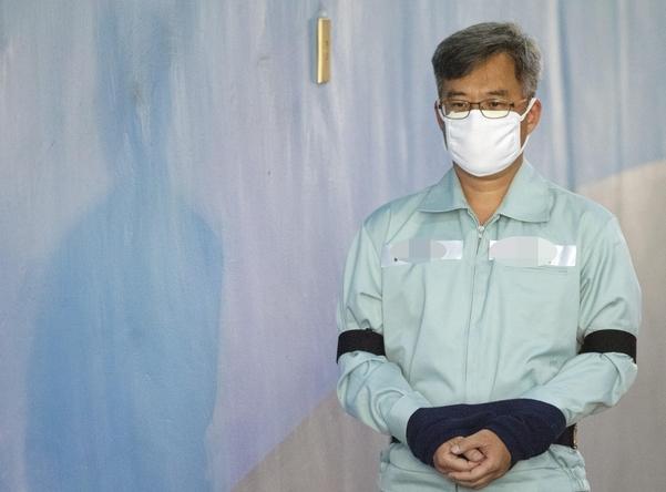 여론 조작 혐의로 기소된 '드루킹' 김동원씨가 지난 4월 서울중앙지법에서 열린 항소심 재판에 출석하기 위해 호송차에서 내려 법정으로 향하고 있는 모습. / 연합뉴스