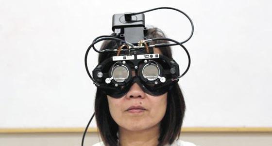 사람 눈동자 움직임을 추적해 렌즈 초점을 자동으로 맞춰주는 '스마트 안경' 시제품.