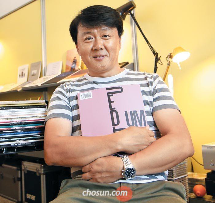 9일 서울 창성동 사무실에서 새로 나온 '다큐멘텀' 6호를 품에 안은 건축 사진가 김용관.