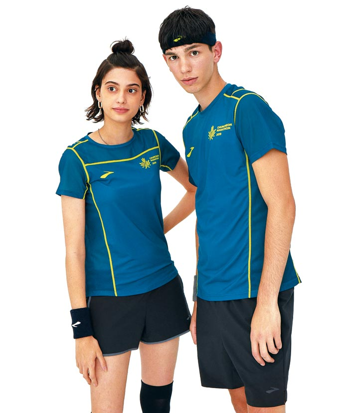 2019 춘천마라톤 기념 티셔츠를 입은 두 모델.