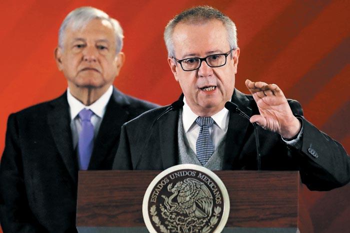 지난 2월 멕시코 멕시코시티의 대통령궁에서 열린 기자회견에서 카를로스 우르수아(오른쪽) 전 멕시코 재무장관이 로페스 오브라도르 대통령이 보는 앞에서 발언하고 있다.