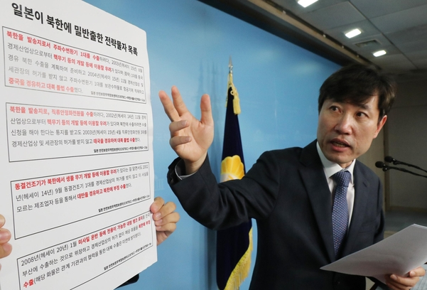 바른미래당 하태경 의원이 11일 국회 정론관에서 기자회견을 하고 있다./연합뉴스