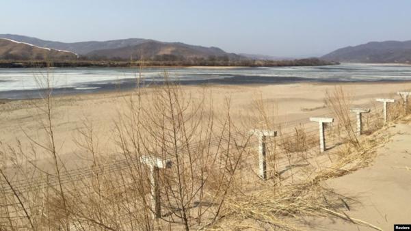 지난 2015년 3월 중국 훈춘의 북중 접경에 철책이 세워져있다. /로이터, VOA