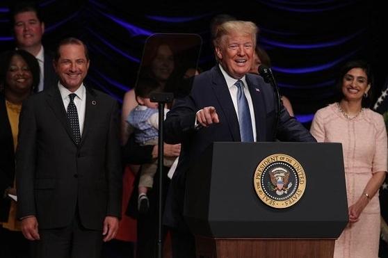 도널드 트럼프 미국 대통령이 10일 의료보험 정책 관련한 행사에 참석해 연설을 하고 있다. /AFP 연합뉴스