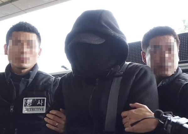 '제주보육교사 살인사건'의 범인으로 지목된 박씨가 지난해 제주 동부경찰서로 압송되고 있다. /뉴시스