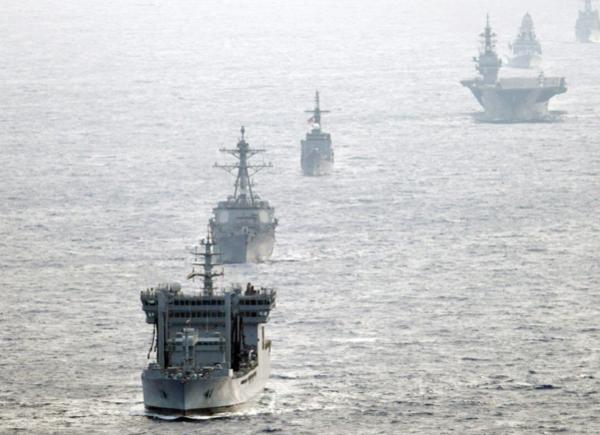 미국·일본·인도·필리핀 4개국 해군 군함이 남중국해에서 합동 항행 훈련을 실시하고 있다./연합뉴스·EPA