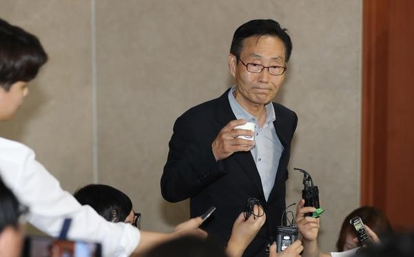 바른미래당 주대환 혁신위원장이 11일 국회 정론관에서 기자회견을 마친 뒤 기자들의 질문을 받고 있다./연합뉴스