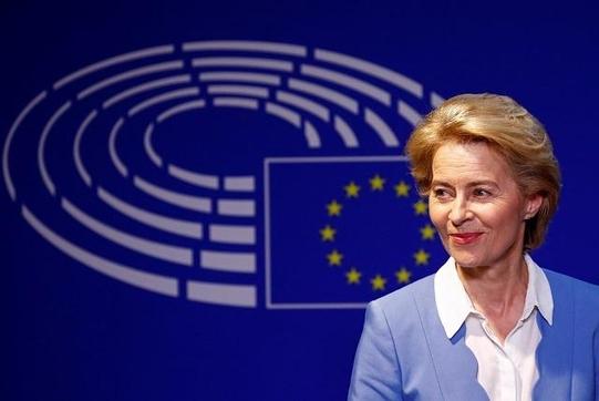우르줄라 폰데어라이엔 유럽엽합 집행위원장 후보가 10일 유럽 의회에서 연설을 하고 있다. /로이터 연합뉴스
