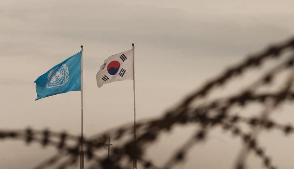 2013년 6월 비무장지대(DMZ)의 유엔기와 태극기. /연합뉴스
