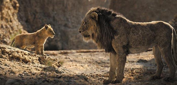 아빠 무파사를 잃은 심바(왼쪽)에게 삼촌 스카(오른쪽)가 다가와 '떠나라'고 말하는 장면도 원작 그대로다.
