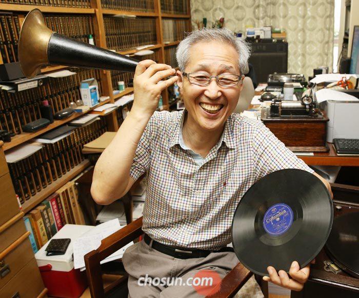 유성기 음반의 나팔통을 귀에 대는 자세를 취한 배연형 한국음반아카이브연구소장.