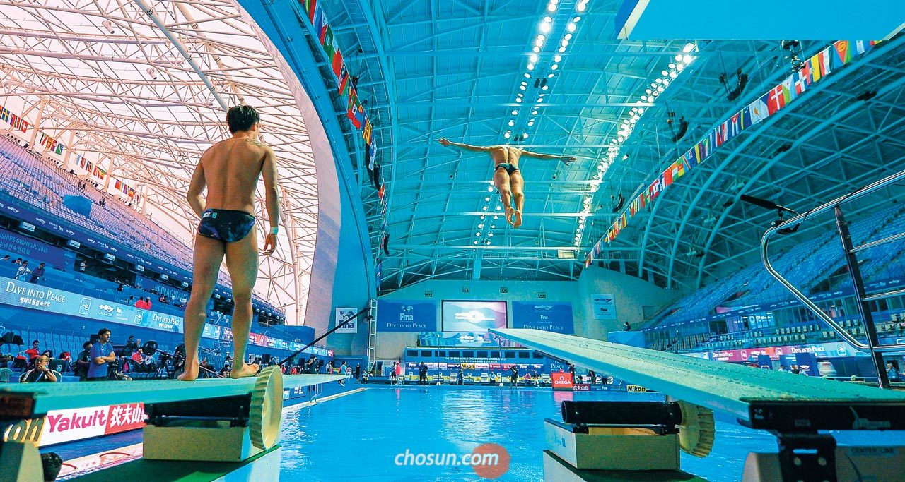 11일 남부대학교 국제수영장에서 다이빙 연습을 하는 선수들.