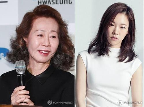 배우 윤여정(왼쪽)과 한예리. /연합뉴스