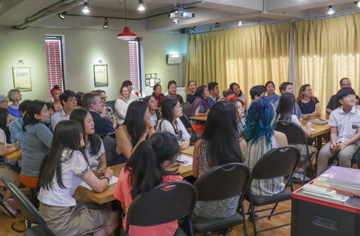 탈북 청소년들이 지난 2일 부산 강서구 대안학교 '장대현학교'를 방문한 미국 입양아들의 인생 이야기를 듣고 있다.