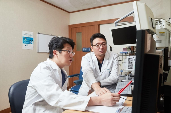 경희대치과병원 구강악안면외과 이정우(사진 왼쪽) 교수와 후마니타스암병원 이비인후과 은영규 교수가 구강암 환자에 대해 협진을 통해 수술계획을 세우고 있다. /경희대병원 제공
