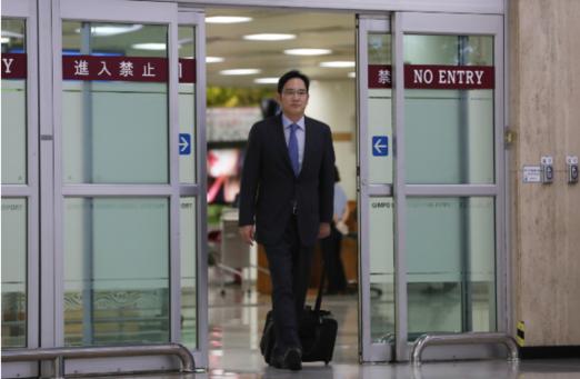 이재용 삼성전자 부회장이 일본 출장을 마치고 12일 서울 강서구 김포국제공항에 도착하고 있다. /연합뉴스
