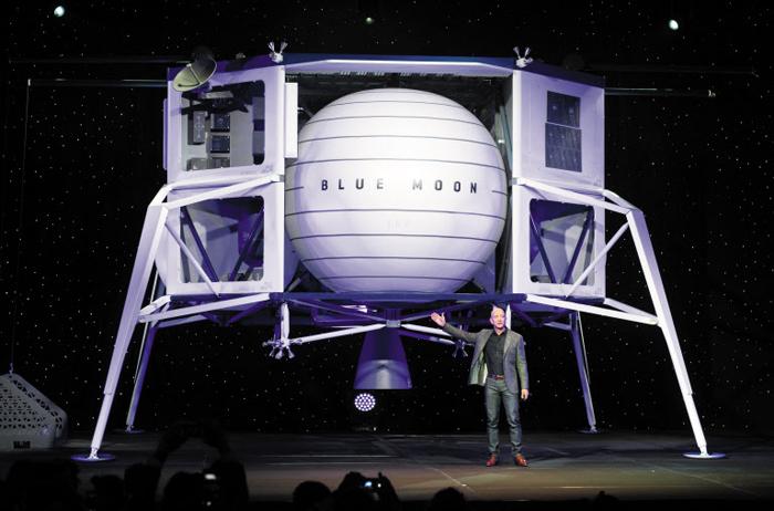 제프 베이조스가 지난 4월 9일 워싱턴에서 열린 언론 간담회에서 블루 오리진의 달 착륙선 '블루문' 실물 모형을 소개하고 있다.