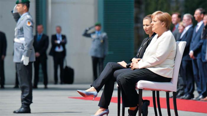 메르켈, 건강 괜찮나? - 11일(현지 시각) 독일 베를린에서 열린 메테 프레데릭센 덴마크 총리 환영 행사에서 앙겔라 메르켈(오른쪽) 독일 총리가 프레데릭센 총리와 나란히 앉아 있다.