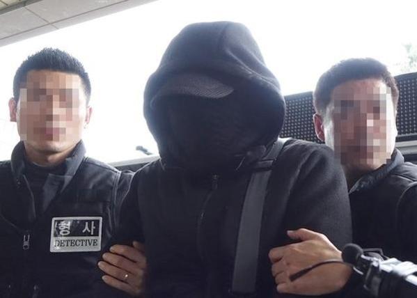 '제주보육교사 살인사건' 피의자 박모(50)씨가 지난해 12월 제주 동부경찰서로 압송되고 있다. /뉴시스