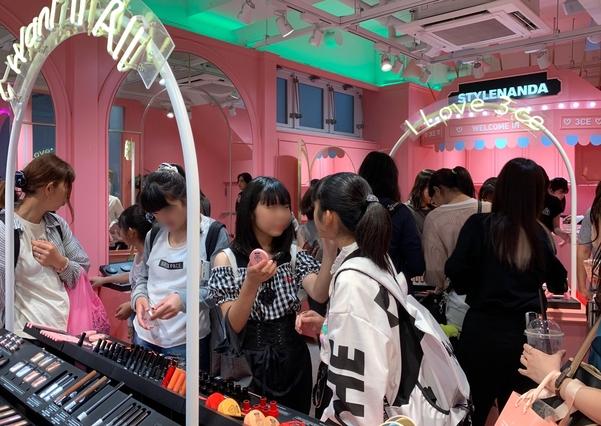 하라주쿠 스타일난다 매장에서 화장품을 발라보고 있는 10대 소녀들./김은영 기자