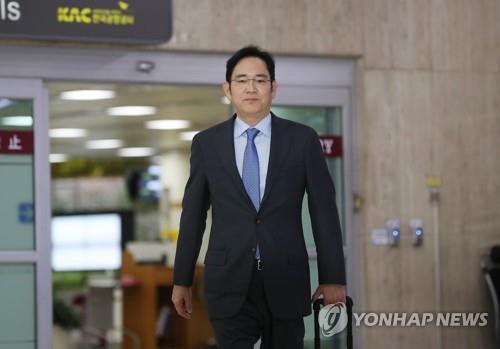 이재용 삼성전자 부회장이 일본 출장을 마치고 12일 서울 강서구 김포국제공항에 도착하고 있다.