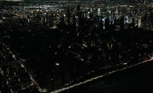 13일(현지시각) 뉴욕 맨해튼 일대에서 발생한 정전으로 도심 일대가 까맣게 변해 있다./CNN