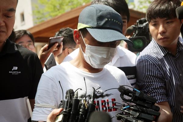베트남인 아내를 폭행한 혐의를 받고 있는 남편 김모(36)씨가 지난 8일 광주지법 목포지원에서 열린 영장실질심사를 받고 돌아가고 있다. /연합뉴스