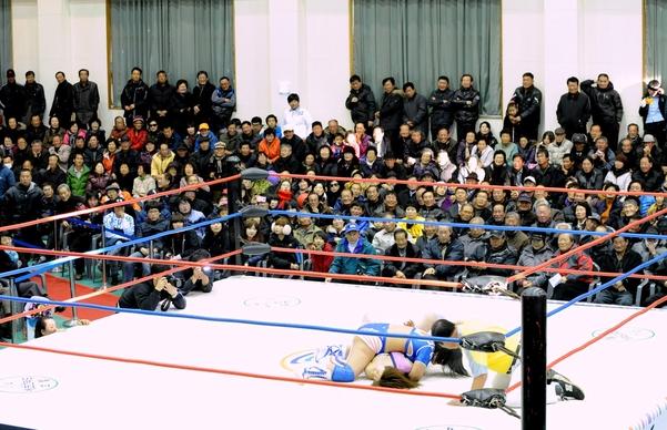2011년 12월 전남 고흥 소록도와 거금도를 잇는 거금대교 개통을 기념해 거금도 김일기념체육관에서 프로레슬링 경기가 열리고 있다./ 김영근 기자