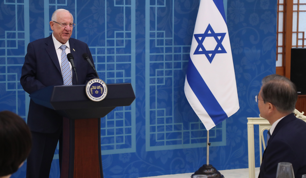 레우벤 리블린 이스라엘 대통령이 15일 청와대에서 문재인 대통령과 오찬 전 인사말을 하고 있다. /연합뉴스