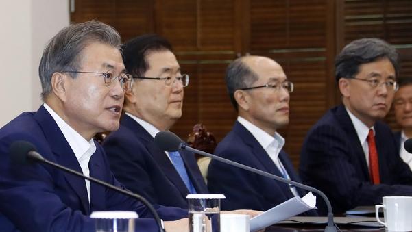 문재인 대통령이 15일 수석·보좌관 회의를 주재하고 있다. /연합뉴스