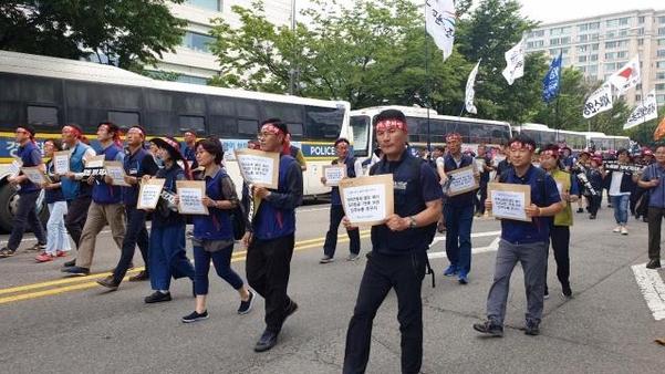 15일 오후 서울 여의도 국회 앞 집회를 마친 민주노총 조합원들이 더불어민주당사까지 행진하고 있다. /박소정 기자