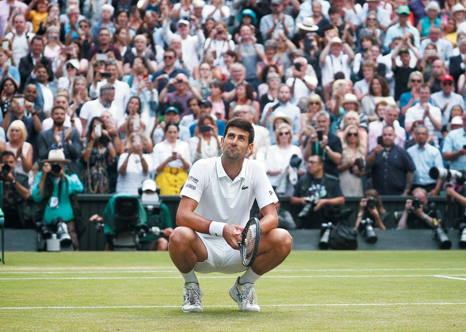 15일(한국 시각) 윔블던 테니스 남자 단식 결승전에서 우승을 거머쥔 노바크 조코비치가 쪼그리고 앉아 물끄러미 관중을 바라보는 모습.