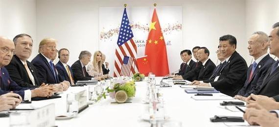 도널드 트럼프(왼쪽에서 세번째) 미국 대통령과 시진핑(오른쪽에서 세번째) 중국 국가주석이 6월 29일 주요 20국(G20) 정상회의가 열린 일본 오사카에서 정상회담을 하고 있다. /AP 연합뉴스