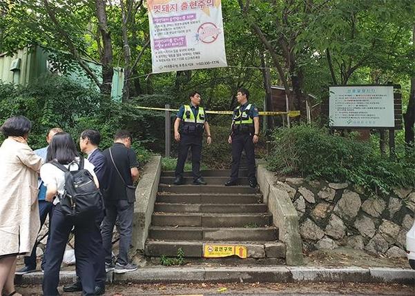 16일 오후 숨진 정 전 의원이 발견된 공원 앞을 경찰이 지키고 있다. /김우영 기자