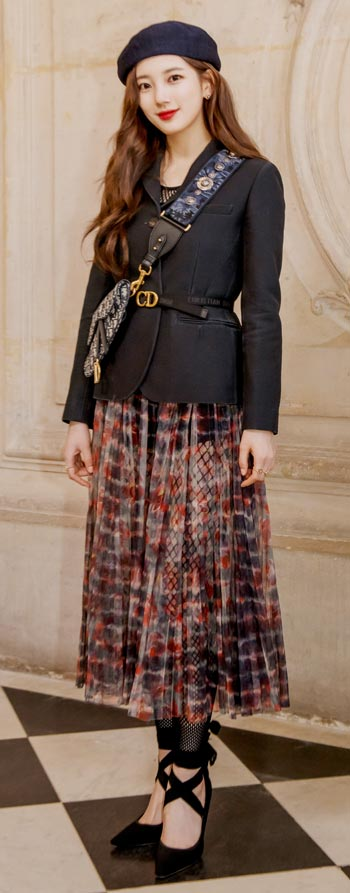 지난해부터 디올 쿠튀르 홍보대사로 활동하는 가수 겸 배우 수지가 지난 2월 파리에서 열린 '디올 2019 가을겨울 패션쇼'에서 포즈를 취했다.