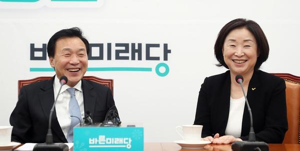 바른미래당 손학규(왼쪽) 대표와 정의당 심상정 대표가 17일 국회에서 만나고 있다./연합뉴스