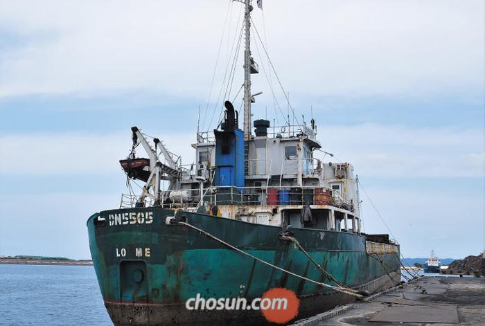 김정은 벤츠 날랐던 DN5505, 北석탄 밀수혐의로 포항 억류 - 17일 오후 경북 포항 신항만 7부두에 러시아인 소유 도영시핑(DoYoung Shipping)의 화물선 DN5505호가 정박해 있다. 작년 10월 김정은의 방탄 벤츠를 부산항에서 러시아 나홋카항으로 수송했던 DN5505호는 현재 북한산 석탄을 불법 반입하려 한 의혹 때문에 억류된 상태다.