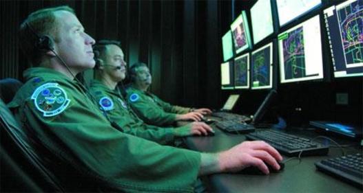 미군 공군 사이버전 담당 장교들이 컴퓨터로 해커 침입을 저지하는 훈련을 하고 있다. /조선DB