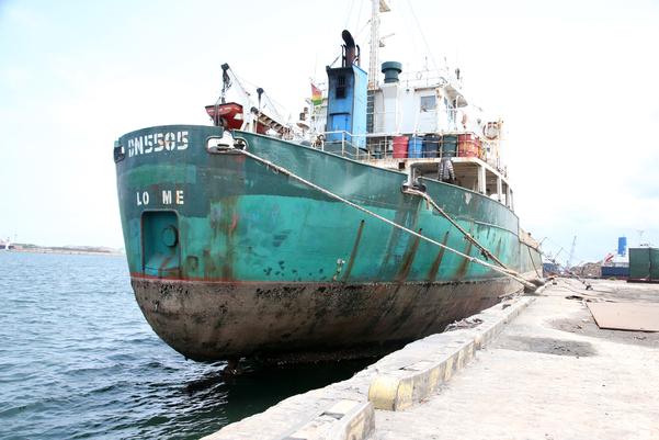 경북 포항 남구에 있는 포항신항만에 북한산 석탄 반입 의혹을 받고 있는 토고 국적 선박 'DN5505'호가 정박해 있다. 이 선박은 현재 북한산 석탄 운송 혐의로 한국 정부에 억류돼 조사를 받고 있다./연합뉴스.