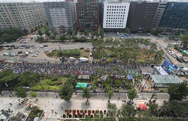 민주노총 조합원들이 18일 오후 서울 여의도 국회 앞에서 총파업 대회를 열고 있다. /연합뉴스