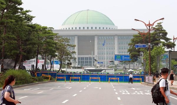 18일 오후 민주노총의 총파업 대회가 열리고 있는 서울 여의도 국회 앞에 경찰 방어벽이 설치되어 있다.  /연합뉴스
