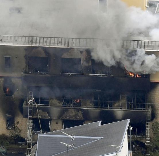 18일 오전 일본 교토에 있는 교토 애니메이션 스튜디오에서 방화로 추정되는 화재가 발생해 소방관들이 진화 작업을 하고 있다. /연합뉴스