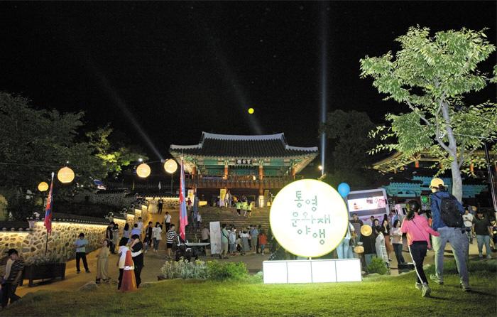 지난 6월 8일 오후 10시쯤 통영시 수군삼도통제영에서 열린 '통영 문화재 야행' 행사에서 관광객들이 야경을 즐기고 있다. 이틀 행사에 2만명이 찾았다.