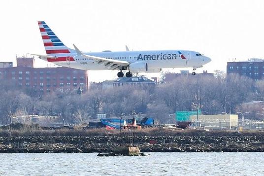 아메리칸 에어라인(AA)의 보잉 737 맥스 8 여객기가 미국 뉴욕시 상공을 날고 있다. /로이터 연합뉴스