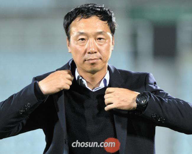 박진섭 광주FC 감독은 지난 14일 경기에서도 겨울 정장을 입은 채 땀을 뻘뻘 흘렸다.
