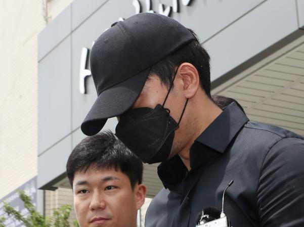 프로농구 인천 전자랜드 소속 정병국 선수가 19일 영장실질심사를 받기 위해 인천시 남동경찰서를 나오고 있다. /연합뉴스